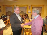 Josef Wimmer beglückwünscht Rainer Peretzki für 50 Jahre Mitgliedschaft beim RSV.